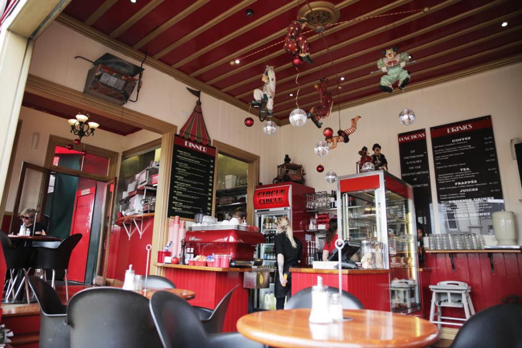 【ニュージーランド】赤を基調としたひときわ目立つカフェの中はまるでサーカス!