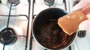 3.5分ほど煮た後ブラウンシュガーを加えます