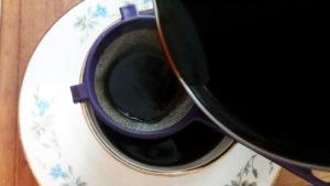 4.火を消して茶こしを使ってカップに入れます