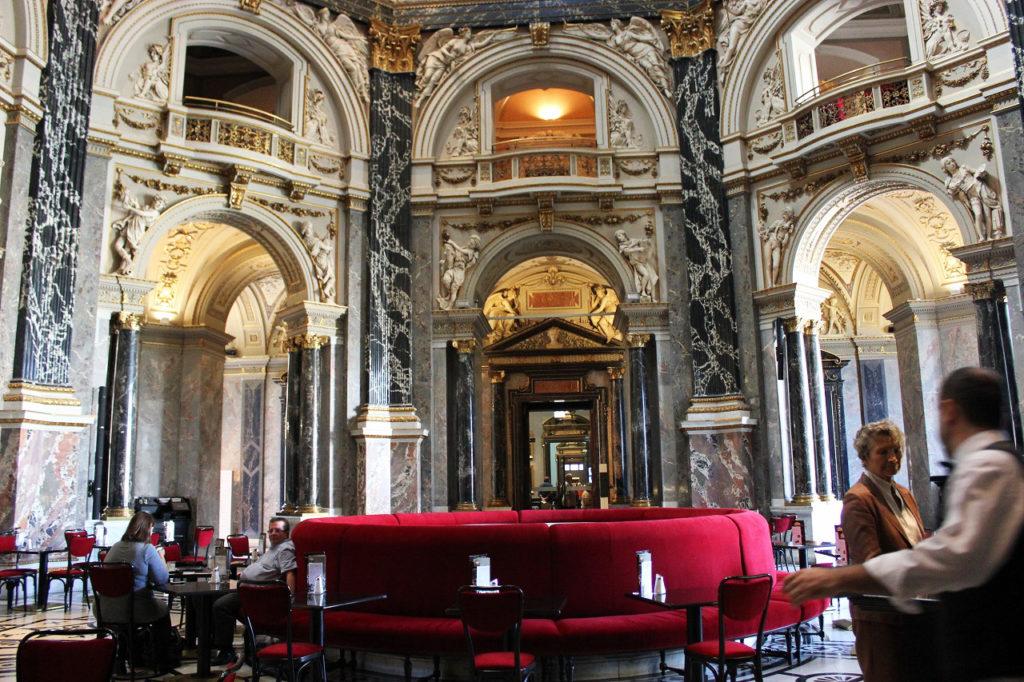 世界一美しいと言われる、美術史美術館内のカフェ