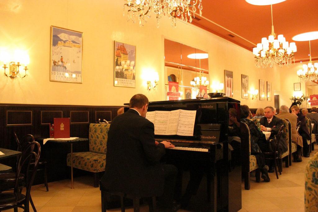 ピアノの生演奏を楽しめるカフェ・ヴァイマール