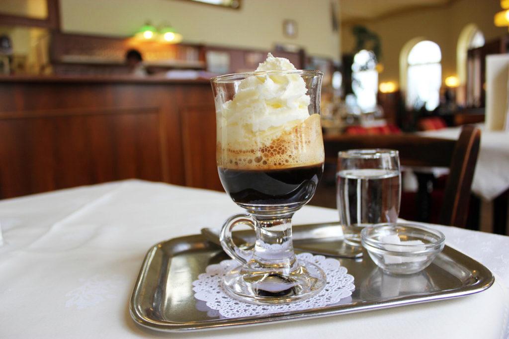 マリア・テレジア・コーヒーは、生クリームたっぷりにオレンジリキュール入り。ダブルエスプレッソは思いの外濃厚で、リキュールも多めなので、甘いお酒とコーヒー両方好きな方はぜひチャレンジしてみてください。提供しているカフェは限られていますが、カフェ・ラントマンやカフェ・モーツァルトの他、カフェ・ショーペンハウアーなどで注文できます。