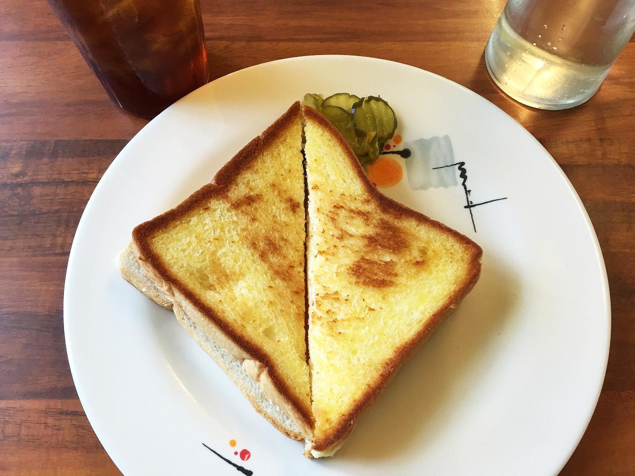 シンプルなトースト。ピクルスが添えてあります。