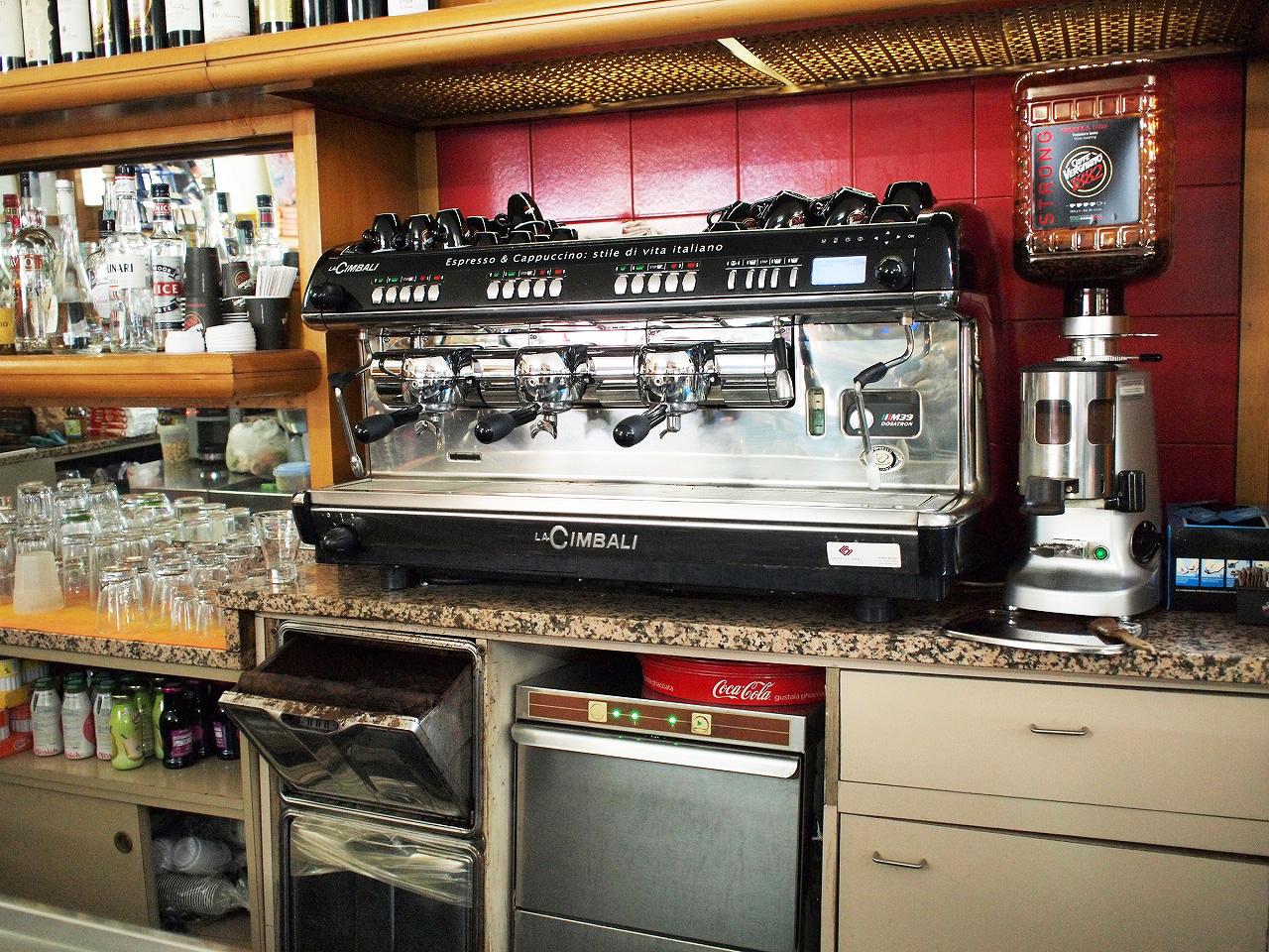 どのバールにも本格的なカフェマシーンがある