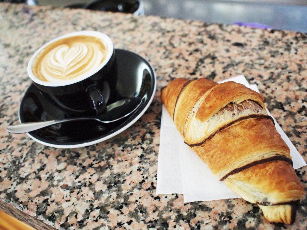 朝食の定番はカプチーノと甘いパン