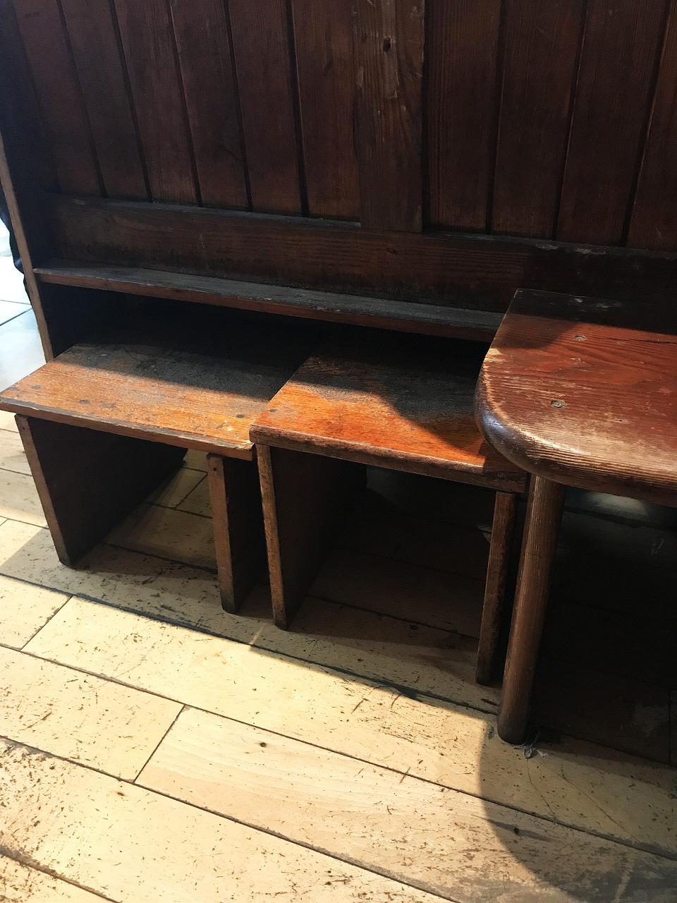 小さな小さな椅子たち。昔教会では膝まづいてお祈りするときの台だったと思われます。