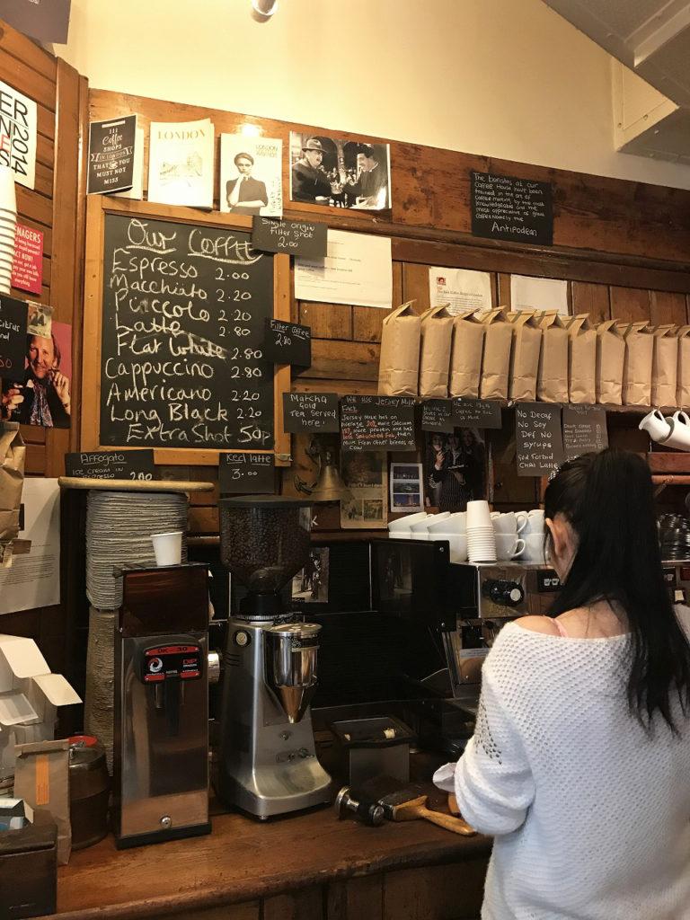 【イギリス】ロンドンの金融街の目抜き通りにひっそりたたずむ個人経営のコーヒー店。