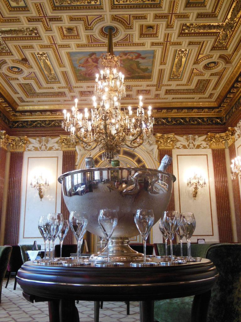 シャンパンと黄金の間。この空間でお食事ができます。お食事のスタイルはモダンオーストリア・ヨーロッパ料理。洗練されたランチメニューもお手頃です。