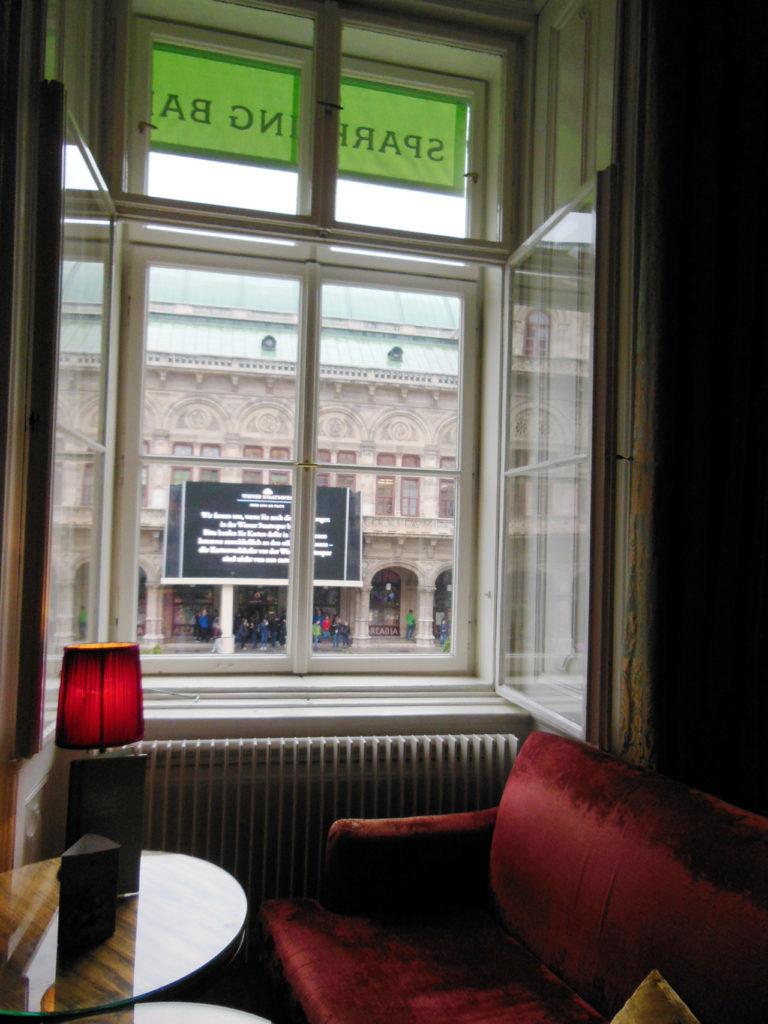 階の窓際席から見えるのはウィーン国立歌劇場の大スクリーン。
