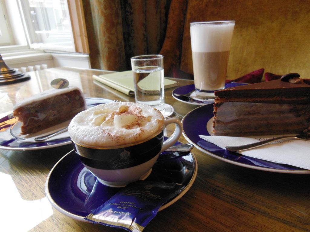 美味しいカフェとケーキ。2階の窓際席からはオペラ見放題!