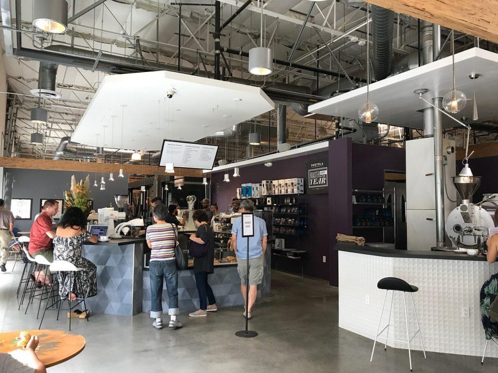 明るいオープンスペースでとってもおしゃれな店内。