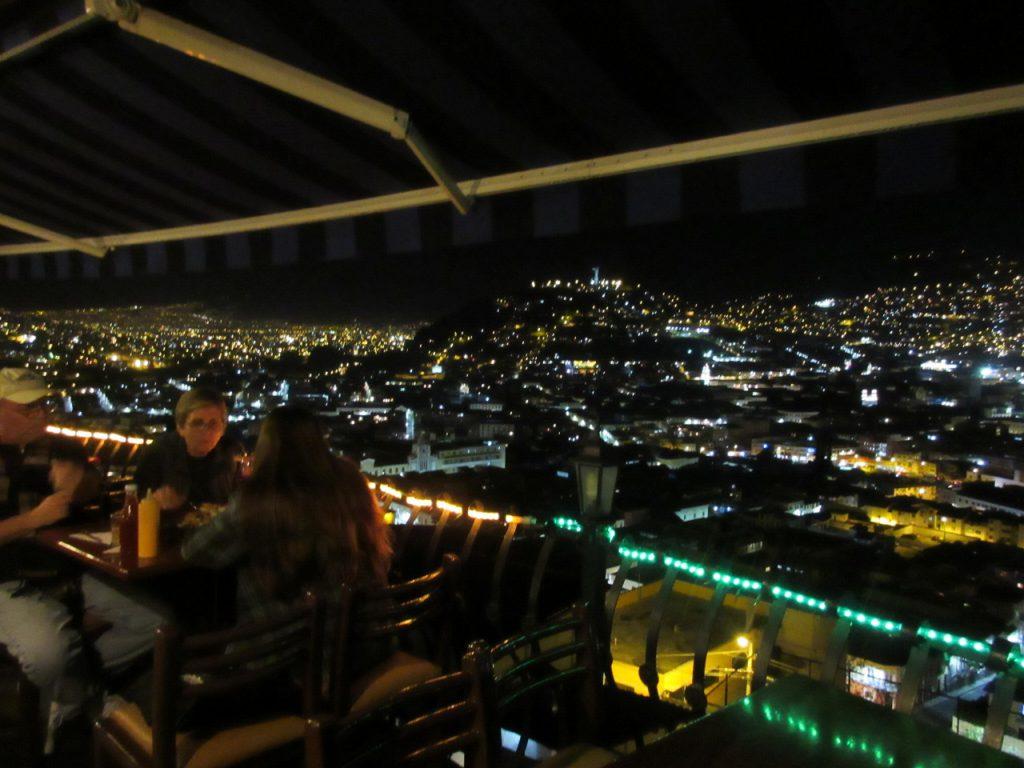 世界遺産キトの旧市街の夜景を一望するカフェにて