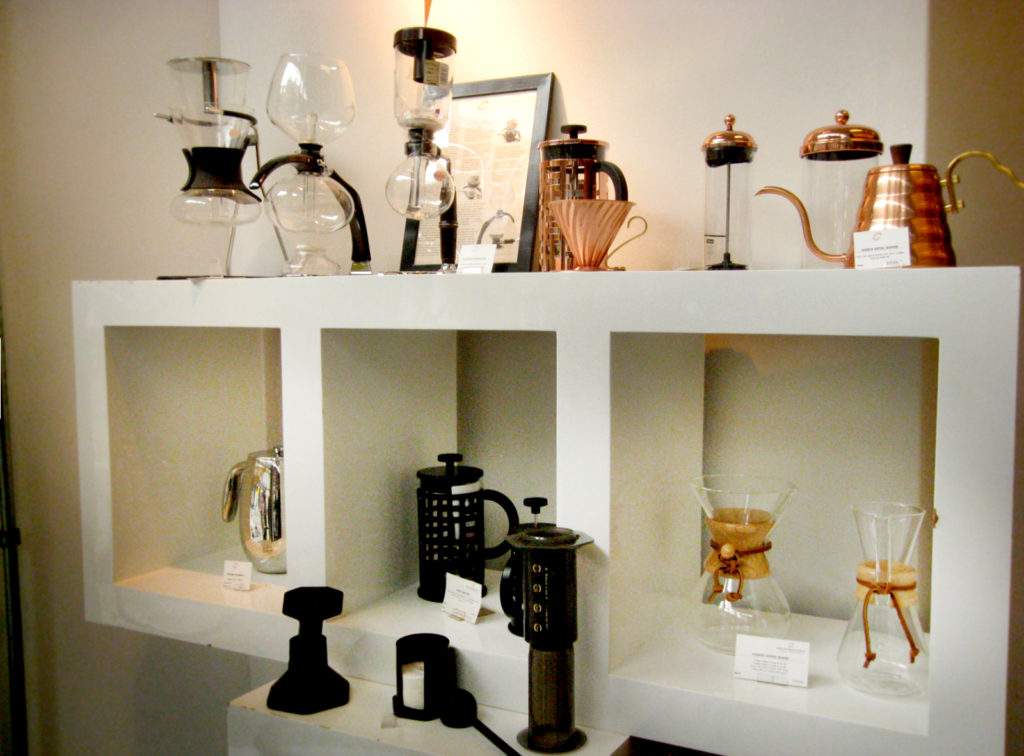 サイフォンやエアロプレス、トルコ式コーヒーを煮出すイブリックやCHEMEXのコーヒーメーカーまで幅拾い道具が揃う