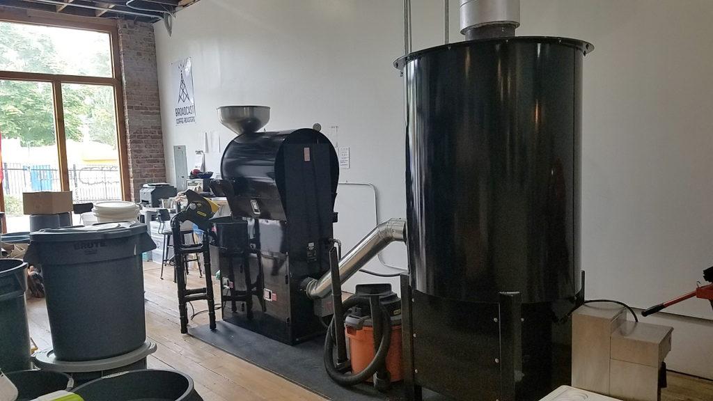 焙煎機。提供されているドリンクは、すべてここでロースティングした豆を使用。豆の販売も行っている。