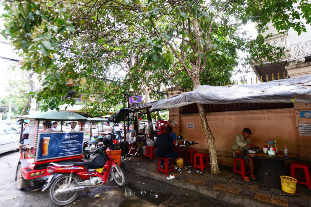 その目の前にはタクシー運転手や作業員が集まる路上コーヒー店が。(背景の建物はスターバックス)