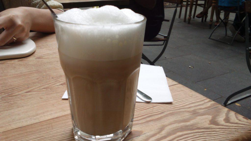 カプチーノ。お店によってグラスのカップか持ち手のあるマグカップに入れて出てきます